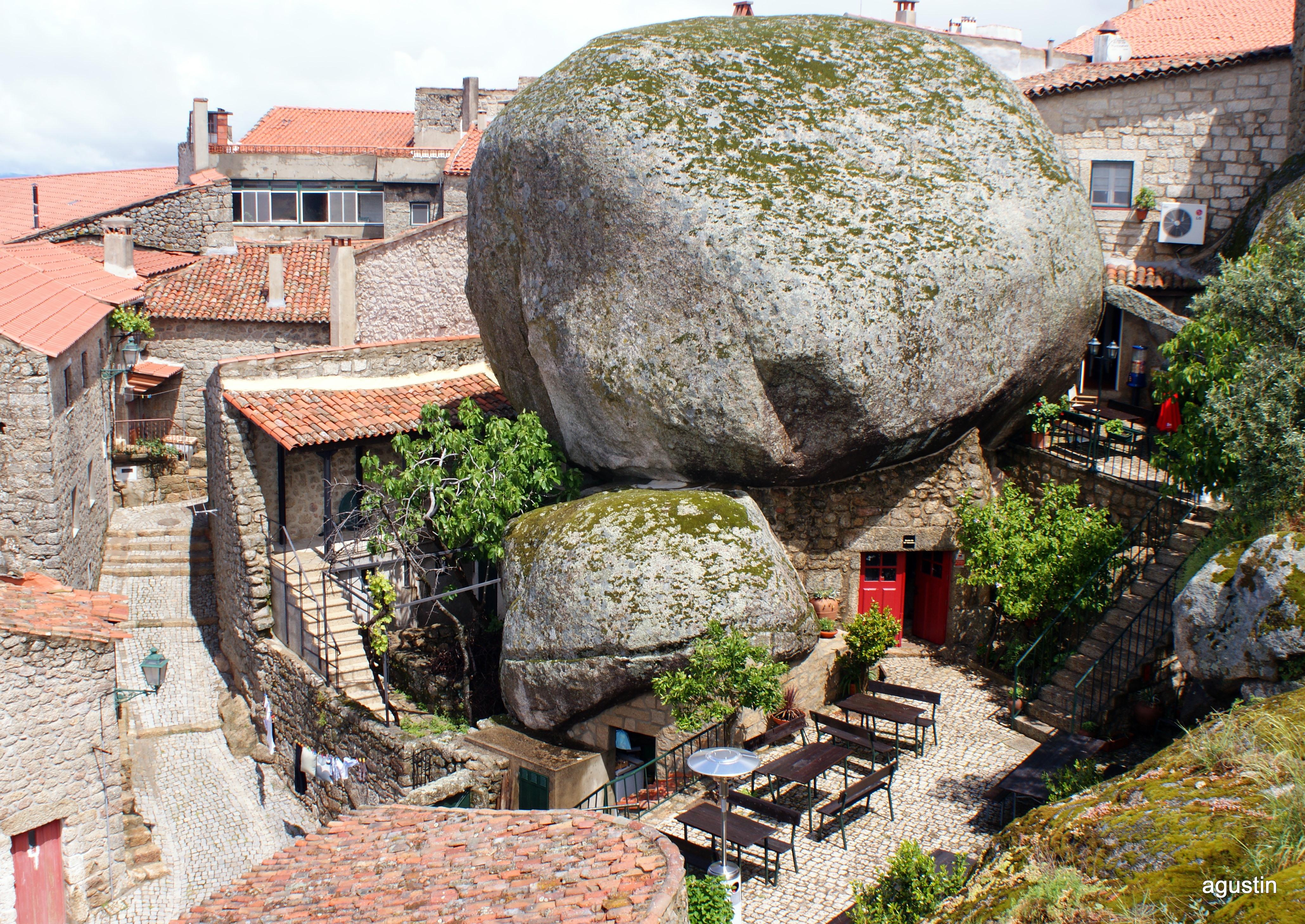 Monsanto ciudad entre rocas